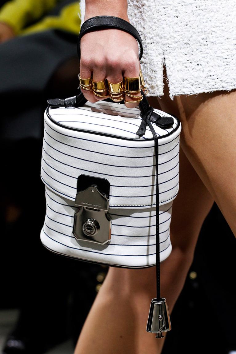 Белая сумка зимой с чем носить