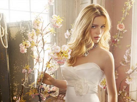 Красивая девушка в свадебном платье