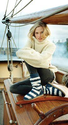 Двухцветный вязаный свитер на