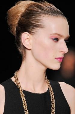 yves saint laurent chignon thumb Модні зачіски: головне   різноманітність