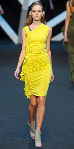 Желтое платье с синими цветами