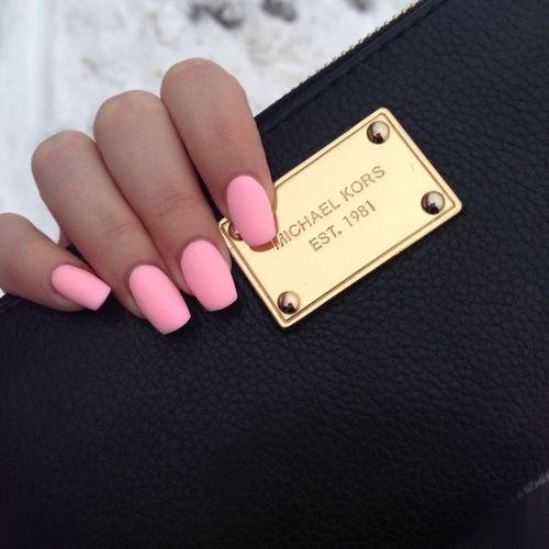 Розовый маникюр
